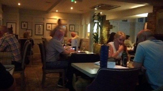 Deddington Arms Hotel: Part of the cosy dining room