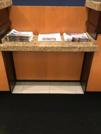 Fairfield Inn & Suites Worcester Auburn: Lots of free reading material