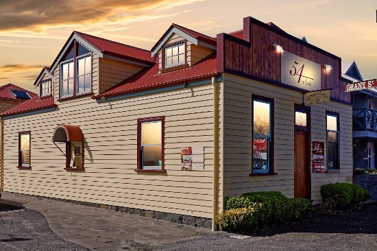 Port Fairy, ออสเตรเลีย: Exterior view of reception and guest arrival telephone