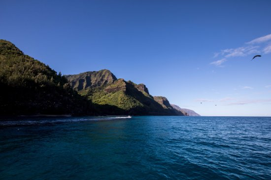 Hanalei, Χαβάη: Blue skies, blue water, and green mountains as we go around the Na Pali coast