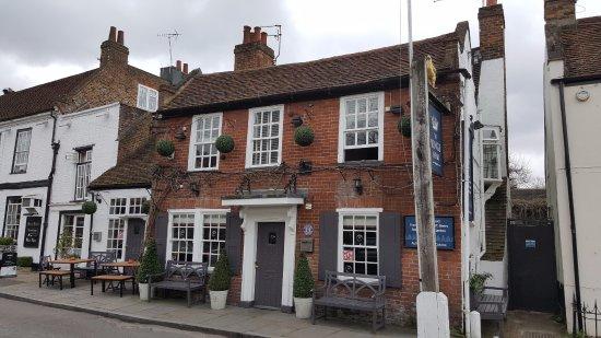 Shepperton, UK: Antico edificio nella piazza della chiesa