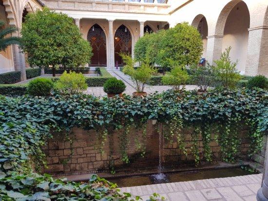 Palacio de la Aljaferia : Minijardín con el sonido relajante del agua