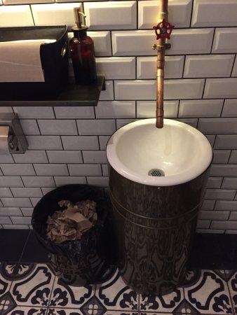Moxie's Grill & Bar: Hasta en el baño se veía el buen gusto