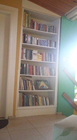 Pequena biblioteca da Pousada Portomares - um encanto