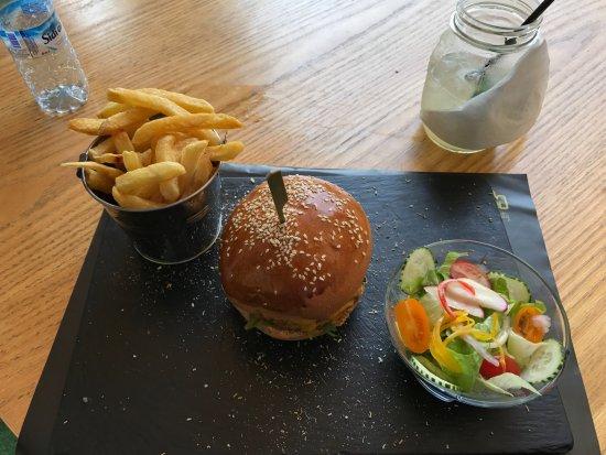 zu einem burger geh ren pommes und ein sehr frischer salat photo de gotham the burger city. Black Bedroom Furniture Sets. Home Design Ideas