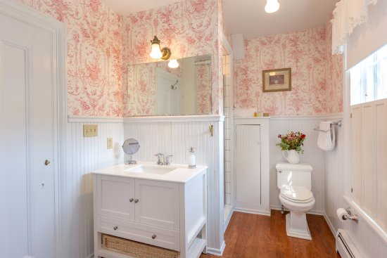 The private en suite bathroom in the Machias room.