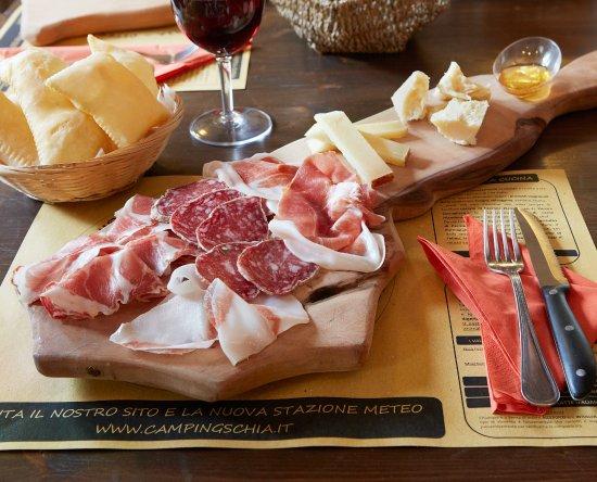 Schia, Italie : Tagliere di Salumi misti e formaggi con torta fritta