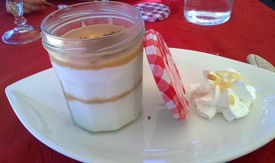 """Jugon-les-Lacs, France: Le """"Tirabreizh"""" : revisite d'un tiramisu au caramel au beurre salé avec un palet breton"""