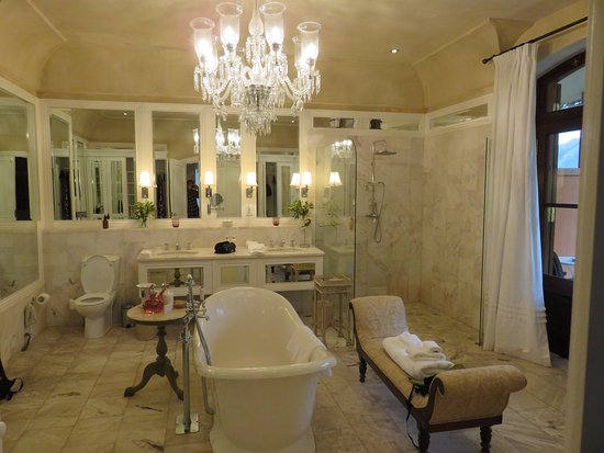 La Residence: Beautiful! But should have a private commode!