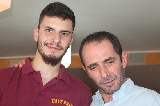 Chez Paulo Pas: Le patron Paulo et son fils à gauche
