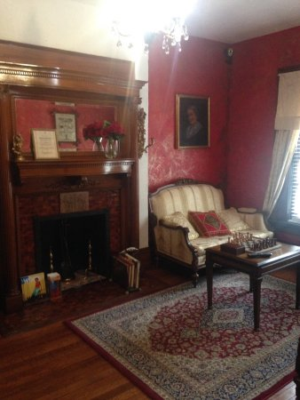 American Guest House: Parlor
