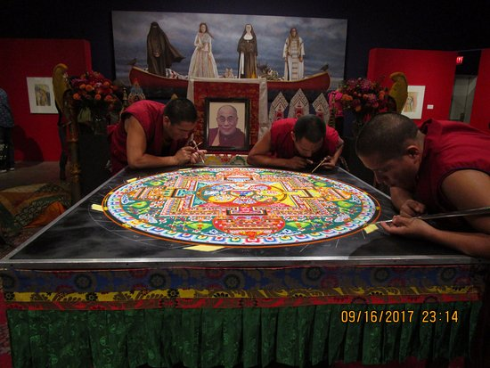 Penticton, كندا: Monks creating the mandala.