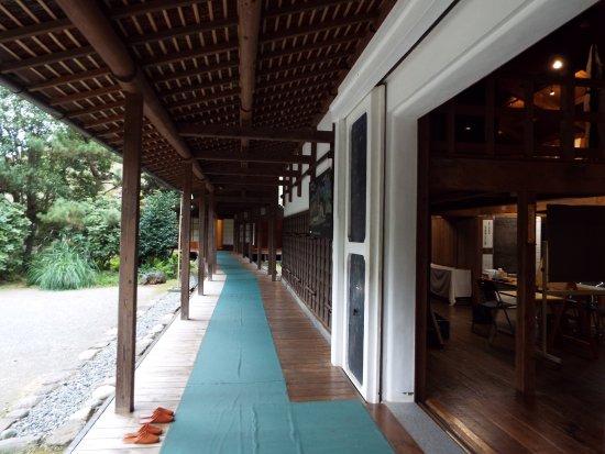 Kaisei-machi, Japan: 廊下を渡ると裏の蔵へ。
