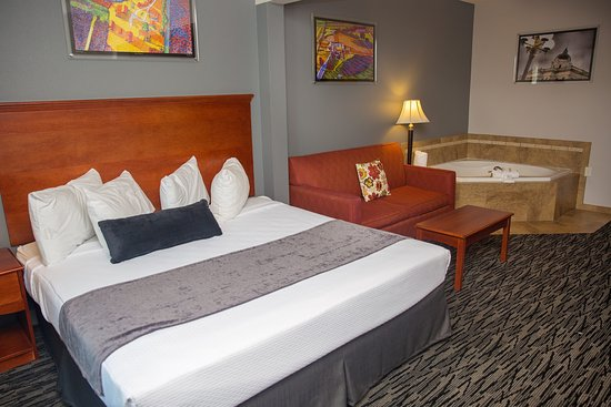 Bloomington, IL: King Whirlpool Suite