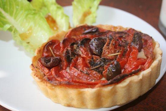 El Jardin: Delicious tomato and olive tart