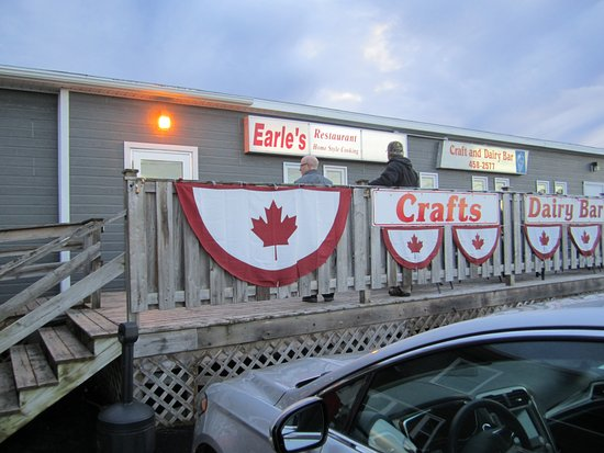 Earl's: Entrance and deck