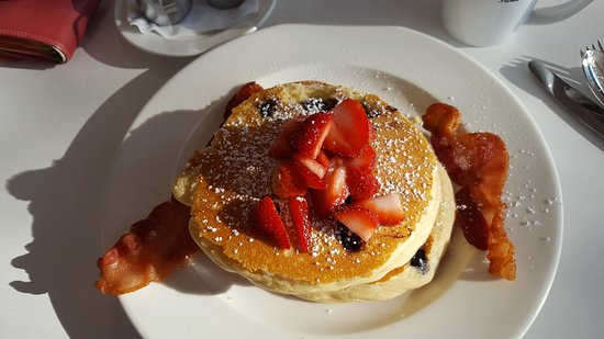 Nacogdoches, TX: Excellent crispy bacon and blueberry pancakes in restaurant