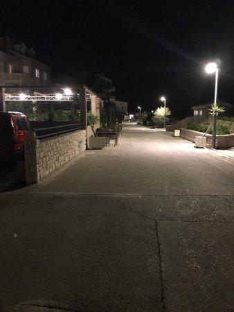 Postira, Kroasia: Sehr nettes Hotel im Hafen