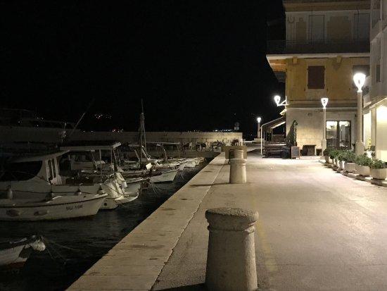 Postira, Croacia: Sehr nettes Hotel im Hafen