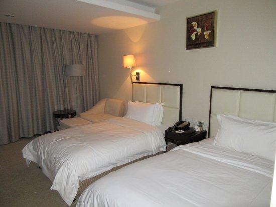 Yulong International Hotel: The beds.