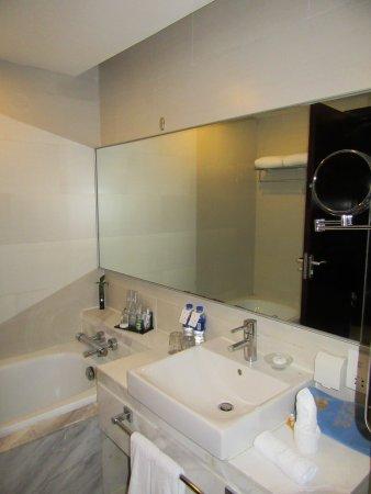 Yulong International Hotel: The bathroom with bath.
