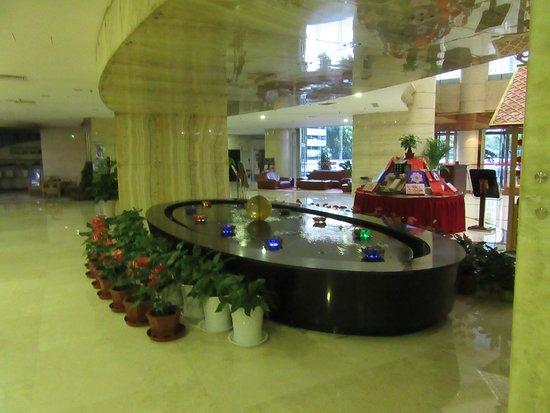Yulong International Hotel: The lobby.