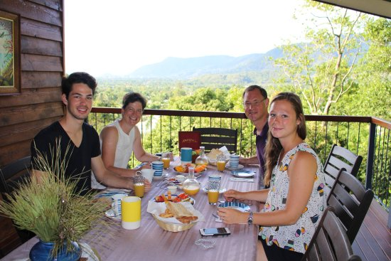 Edge Hill, ออสเตรเลีย: Tropical Breakfast with amazing view_ Guest Family at breakfast