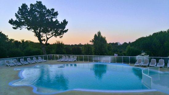 Camping Les Sables Blancs : Lever du soleil sur la piscine...