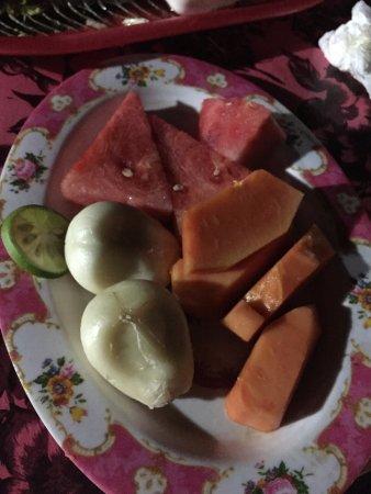 Padangbai, Indonesia: Fresh fruit dessert included in the price