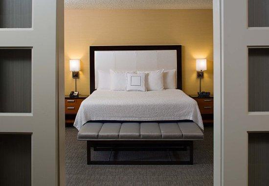 Montvale, نيو جيرسي: King Suite Bedroom