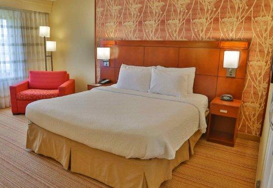 D'Iberville, Mississippi: One-Bedroom King Suite Bedroom