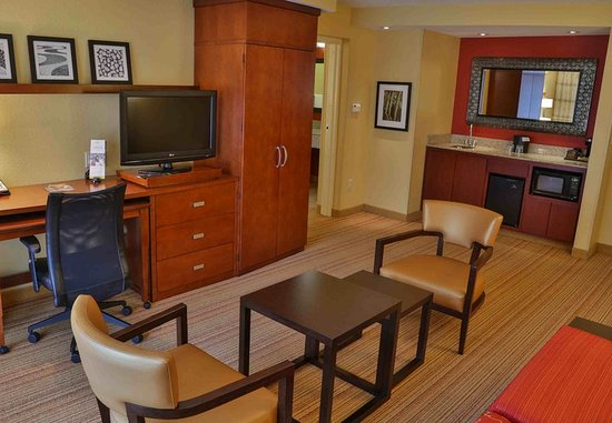 D'Iberville, Mississippi: One-Bedroom King Suite Living Area