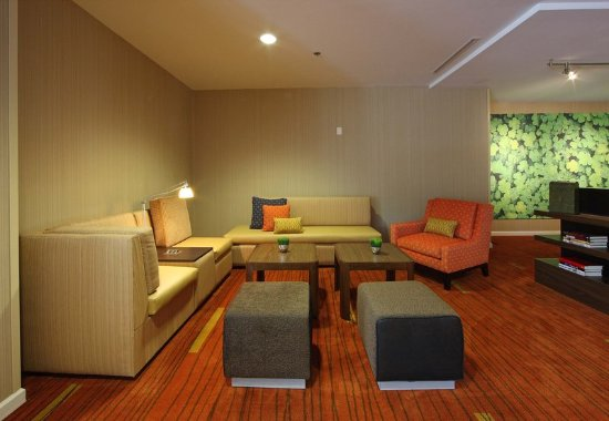 D'Iberville, MS: Lobby Sitting Area