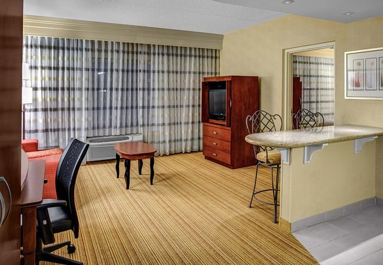 High Point, NC: King Suite Living Area