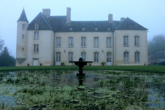 Asnieres-en-Bessin, Γαλλία: In the early morning coastal mists, almost seems haunted!