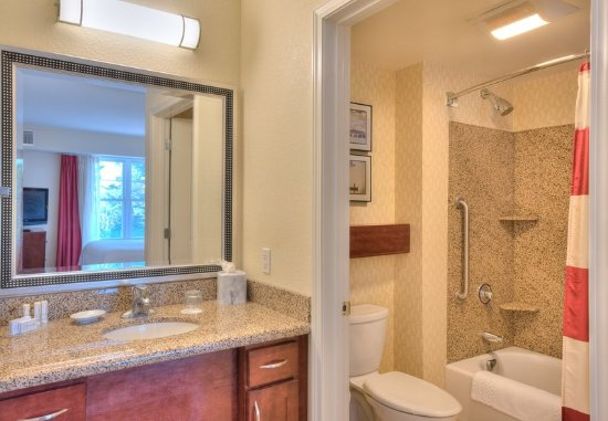 Yonkers, Nowy Jork: Two-Bedroom Suite Bathroom