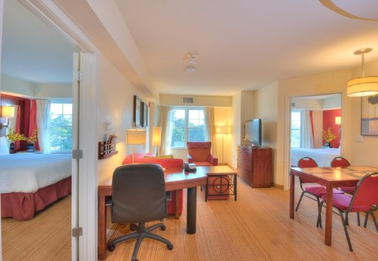 Yonkers, Nowy Jork: Two-Bedroom Suite Living Room