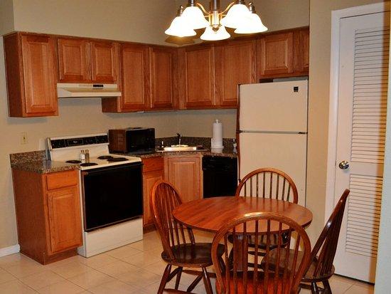 Urbana, IL: Double King Loft Suite Full Kitchen