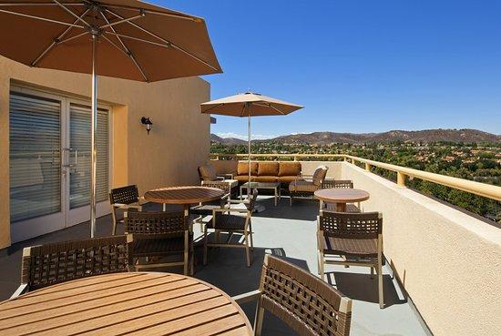 Agoura Hills, CA: Club Lounge - Balcony