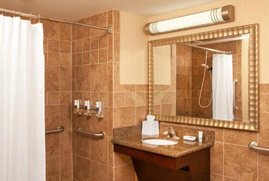 Four Points by Sheraton West Lafayette: ADA Guest Bathroom