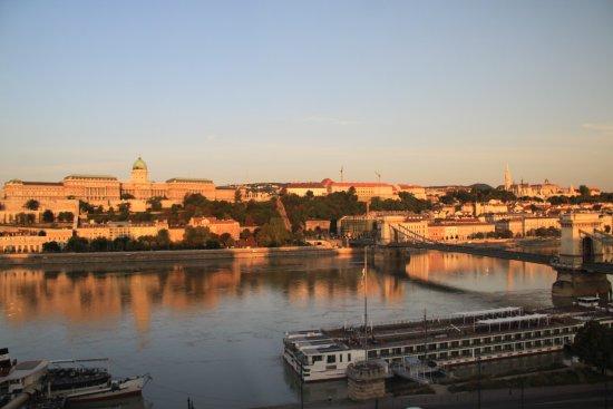 Sofitel Budapest Chain Bridge: ドナウ川に反射する朝の王宮