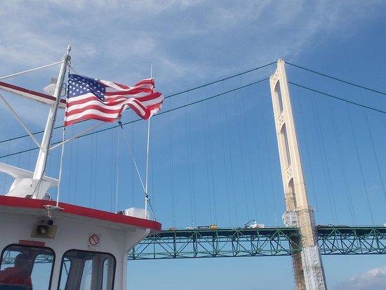 แมกคินนอว์ซิตี, มิชิแกน: Star Line Mackinac Island Ferry. Note the Mackinac Bridge.