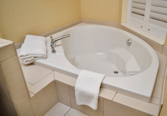 Effingham, IL: King Spa Guest Bathroom