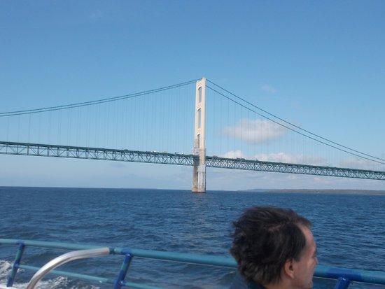 แมกคินนอว์ซิตี, มิชิแกน: Star Line Mackinac Island Ferry. Nice bridge view.