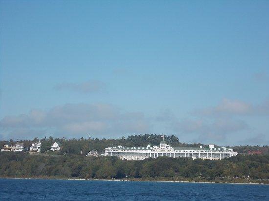 แมกคินนอว์ซิตี, มิชิแกน: Star Line Mackinac Island Ferry. View of The Grand Hotel .