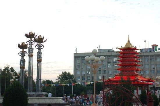 Вид на Пагоду и фонтан.
