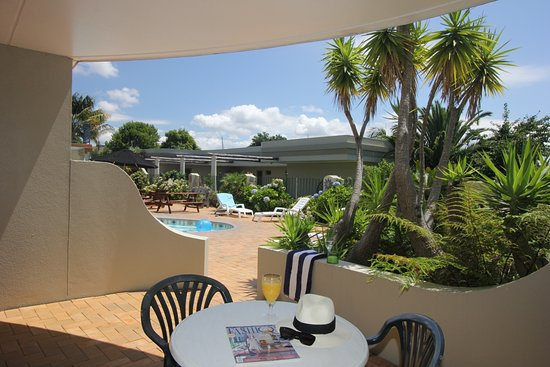Breakers Motel: Private patio with views over pool area