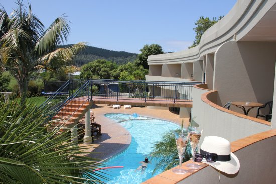 Whangamata, Nova Zelândia: View of fabulous pool from upstairs units