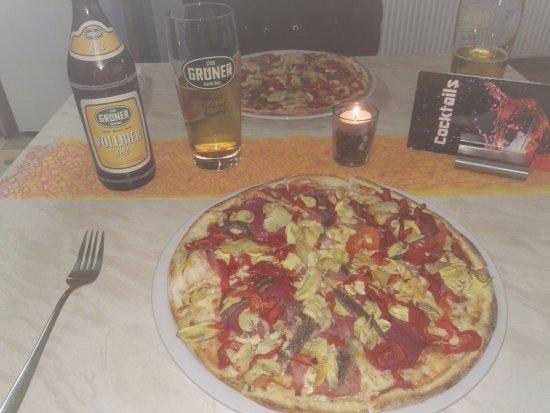 Fuerth, Germany: Pizza Franco mit Sardellen und Knoblauch *****