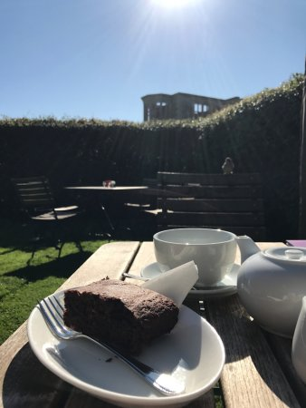 Oundle, UK: Tea and brownie in the garder